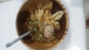 Typická polévka na Bali s masovými kuličkami